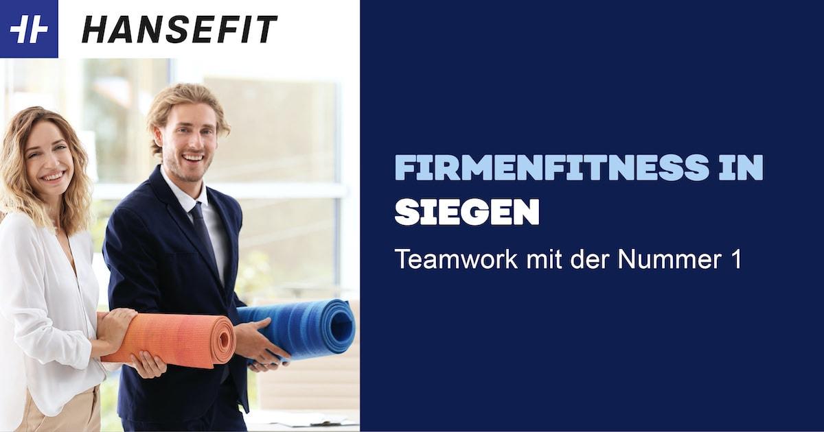 Firmenfitness in Siegen. Ein Mann und eine Frau in Business-Kleidung mit einer Yoga-Matte unter dem Arm. Beide lächeln.
