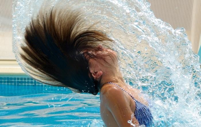 Firmenfitness Braunschweig Frau im Wasser Schwimmbad