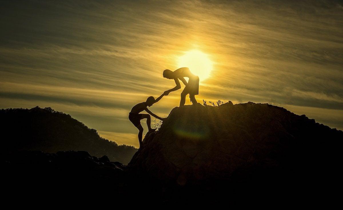 Zwei Menschen am Berggipfel Sonnenuntergang
